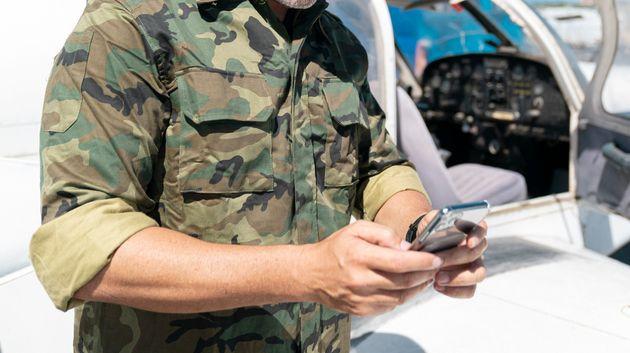 Imagen de archivo de un militar con un teléfono