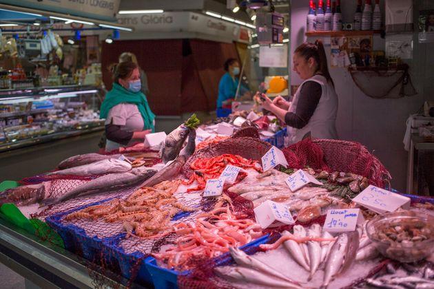 Una pescadería en el mercado Santa Caterina en