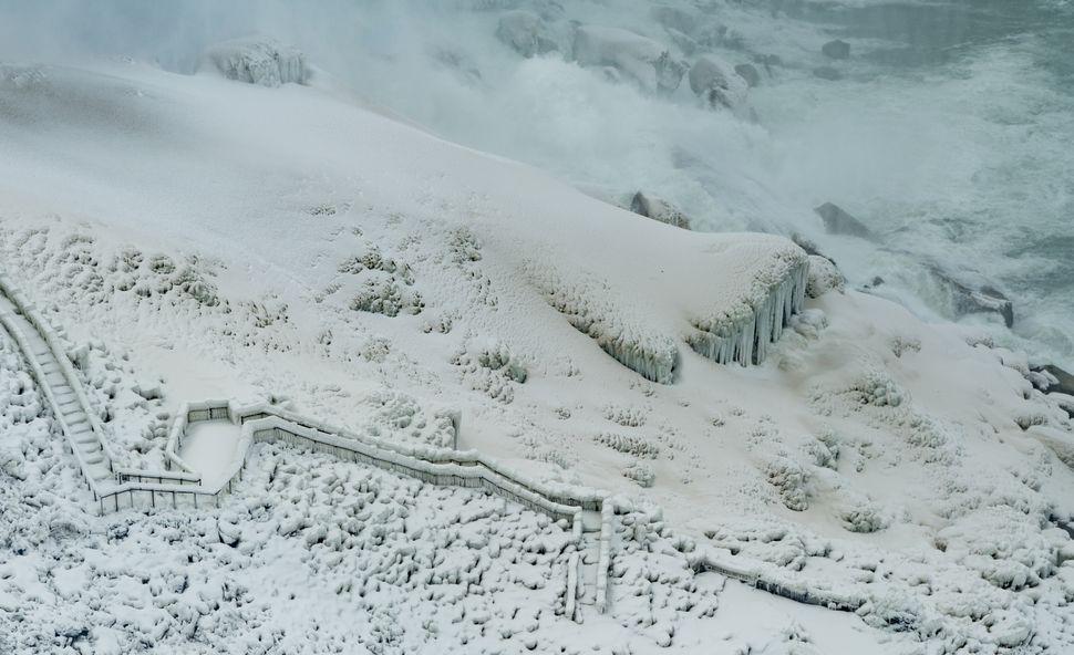 Με το νερό από τους Καταρράκτες να βρέχει τα πάντα γύρω του σε συνδυασμό με τις πολύ χαμηλές θερμοκρασίες, τα πάντα, από τα βράχια μέχρι τις σκάλες του σημείου παρατήρησης, επικαλύπτονται με πάγο και χιόνι.