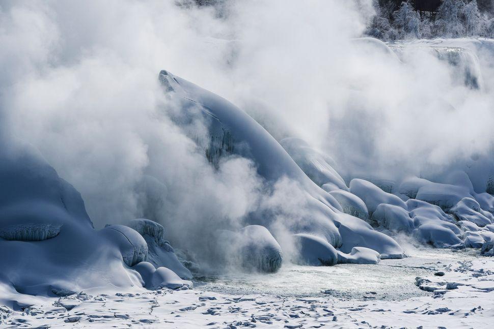 Όπως φαίνονται από την πλευρά των Ηνωμένων Πολιτειών. Η ομίχλη που αναδύεται από τη βάση των καταρρακτών φαίνεται μυστηριώδης και μαγική, με αποτέλεσμα να μοιάζει με ομίχλη που κυλά πάνω σε μια χιονισμένη οροσειρά.