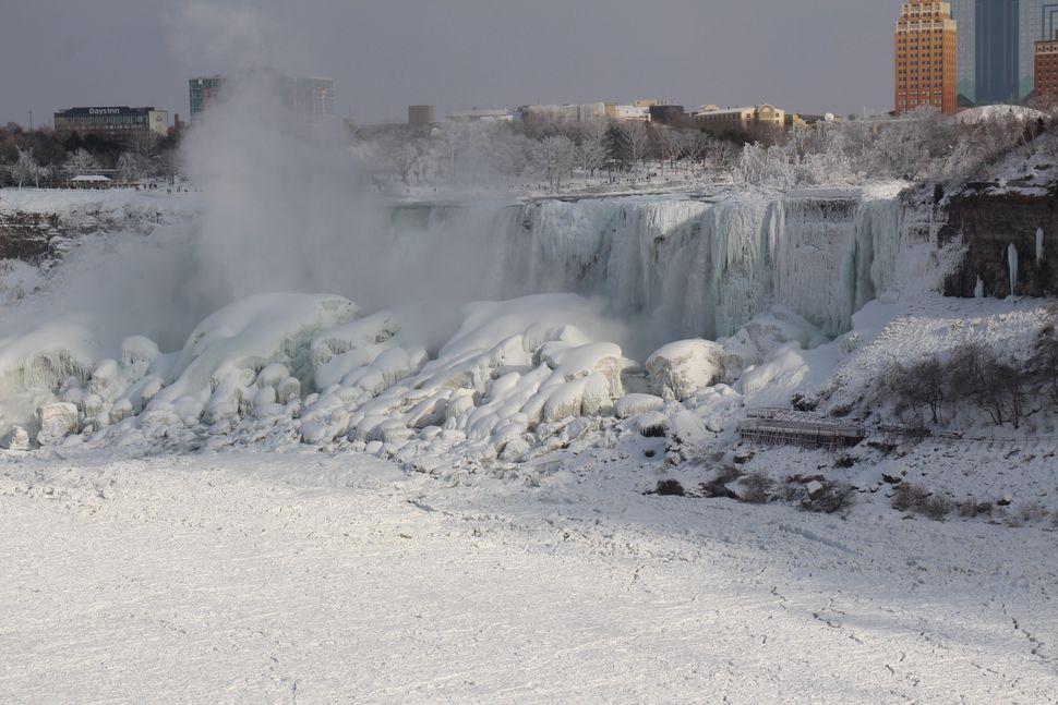 Ο πάγος ενώ κρέμεται από τους παγωμένους καταρράκτες του Νιαγάρα.