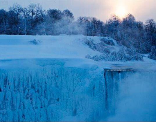 Από την μπλε λάμψη του φρέσκου χιονιού έως το γύρω τοπίο με λευκή στρώση, ο χειμώνας κάνει τους καταρράκτες του Νιαγάρα ακόμα πιο μαγευτικούς.