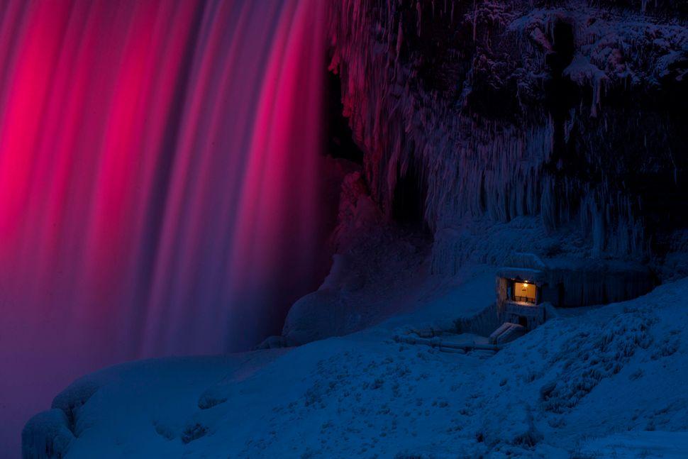 Οι καταρράκτες του Νιαγάρα φωτίζονται από φώτα LED κάθε βράδυ, αλλά η καλύτερη στιγμή για να δούμε αυτό το μοναδικό θέαμα είναι αναμφισβήτητα τον χειμώνα. <br />Το να βλέπουμε τα πολύχρωμα φώτα που είναι βαμμένα σαν μαξιλάρια από χιόνι είναι πραγματικά ένας μοναδικός τρόπος για να απολαύσουμε τους καταρράκτες.