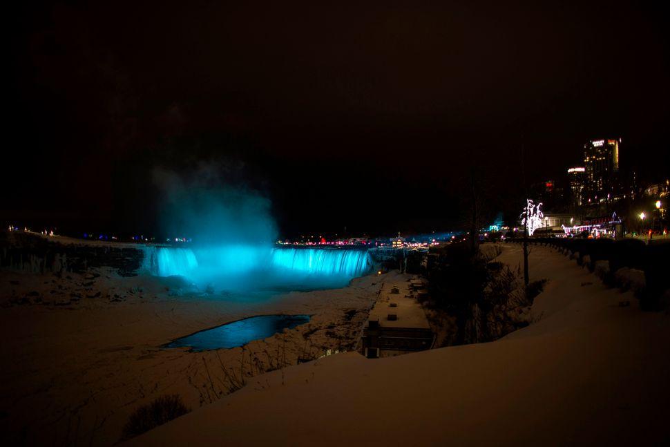 Οι καταρράκτες Horseshoe, η πλειονότητα των οποίων βρίσκεται στην Καναδική πλευρά των συνόρων ενώ φωτίζονται δημιουργώντας ένα υπερθέαμα.