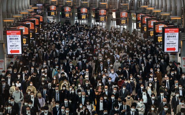 コロナ禍前とほとんど変わらない朝の出勤風景=2020年11月18日、品川駅
