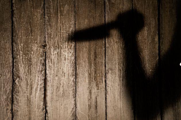 Φιλοξένησε ζευγάρι αστέγων κι εκείνοι του επιτέθηκαν με σφυρί, μαχαίρι και