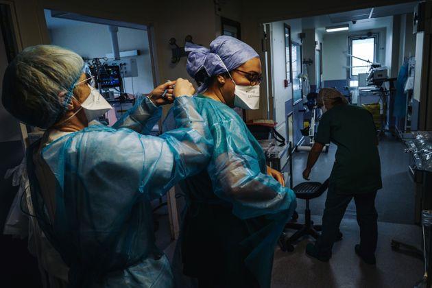 Des infirmières s'apprêtent à soigner des patients atteints de Covid-19 à...