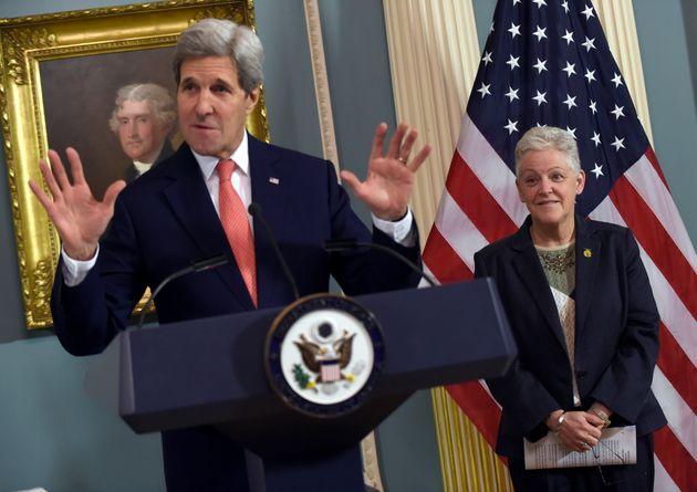 John Kerry et Gina McCarthy, chargés de la politique climatique de Joe Biden se connaissent depuis...