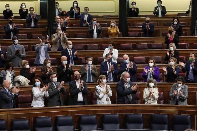 Los diputados aplauden a María Luisa Carcedo, tras la aprobación este jueves en el pleno del Congreso...