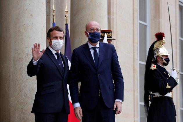 Emmanuel Macron accueillant le président du Conseil européen Charles Michel à...