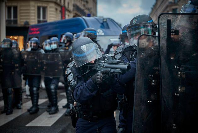 La police française armée de LBD durant la manifestation contre la loi Sécurité...