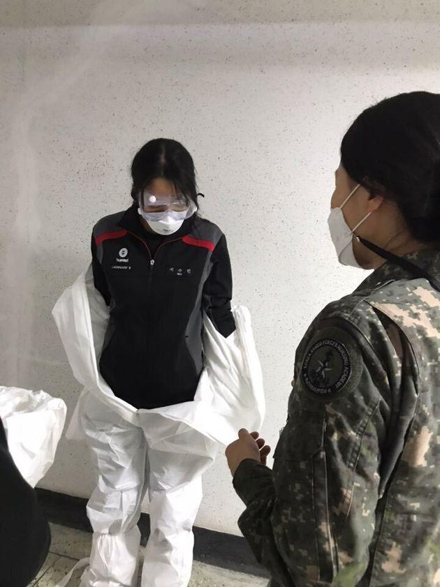 간호사관생도가 개인보호구를 탈의하는