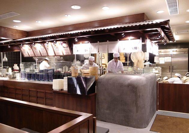 丸亀製麺ワイキキ店の様子。現地の人の意見を取り入れ、味やメニューをローカライズしている