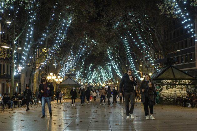 Varias personas pasean por La Rambla el 26 de noviembre de 2020 (Thiago Prudêncio/SOPA Images/LightRocket...