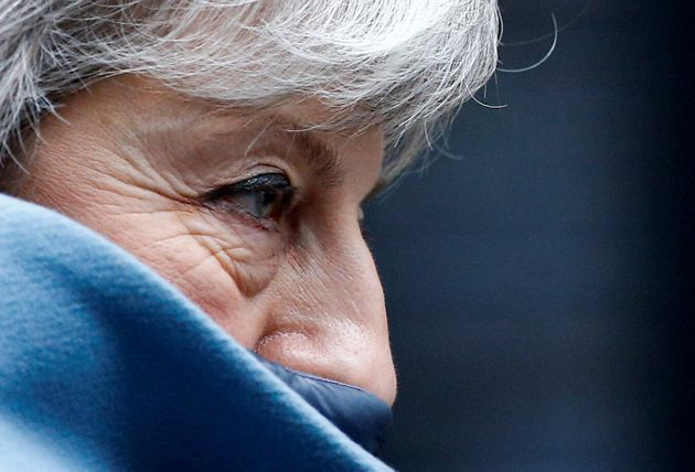 Theresa May, en marzo de 2019, saliendo de su entonces residencia en Downing Street, camino de una votación...