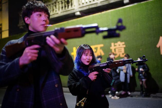 Ragazzi in strada a Wuhan l'11 dicembre