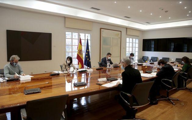 Sánchez en la reunión de la comisión de seguimiento del Covid minutos antes de que se anunciara que Macron...