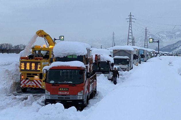 Χίλιοι οδηγοί παγιδευμένοι στα χιόνια στην