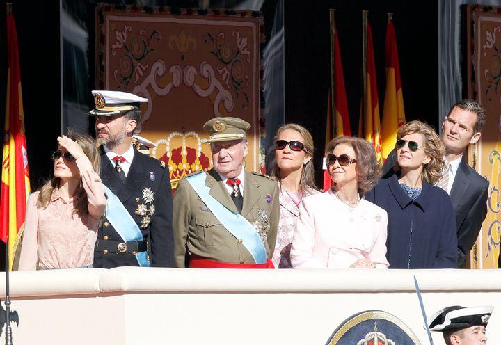 De izquierda a derecha: la reina Letizia, el rey Felipe VI, el rey Juan Carlos I, la infanta Elena, la reina Sofía, la infanta Cristina e Iñaki Urdangarín en el desfile de la Hispanidad de 2010.