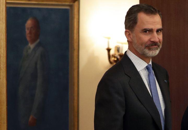 Felipe VI, con el retrato de su padre al fondo en Zarzuela, el pasado 4 de febrero.