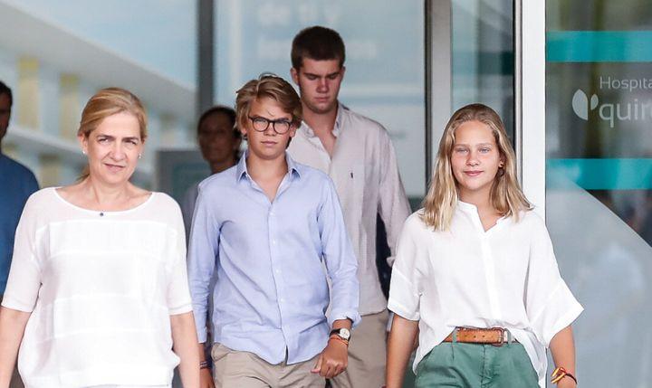 La infanta Cristina con sus hijos Irene, Miguel —el de gafas— y Juan Valentin —al fondo— saliendo de visitar a su abuelo en el hospital en agosto de 2019.