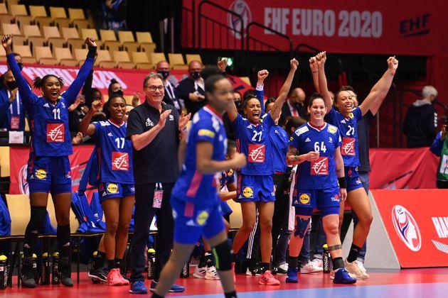 L'équipe de France de handball féminine célébrant sa victoire face à...