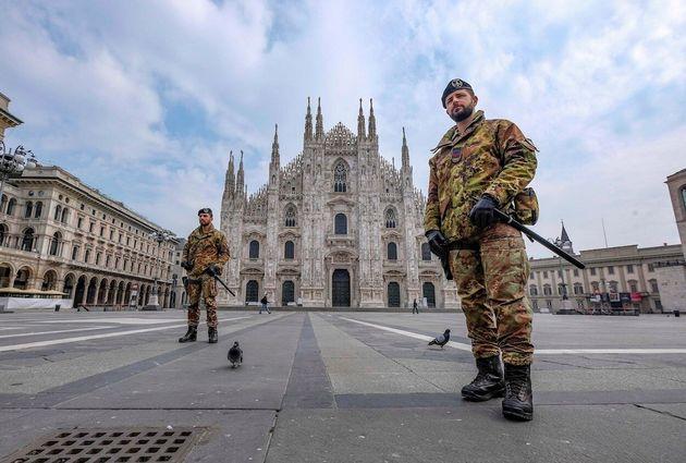 Militares vigilan una plaza en