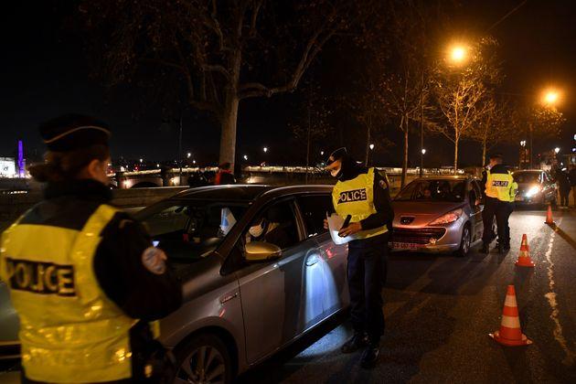 Un contrôle de police pendant le couvre-feu, à Paris, le 15 décembre 2020. (photo