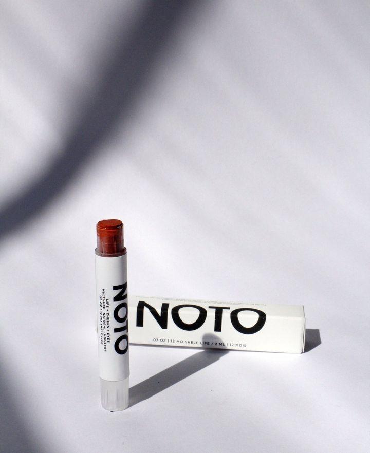 """Les multi-benne stain sticks de NOTO donnent un éclat subtil et légèrement brillant autant aux lèvres, aux joues qu'aux yeux. Un <em>must</em>, selon Marianne Caron - <a href=""""https://beautieslab.co/products/multi-benne-stain-stick?_pos=2&_sid=d341d01bb&_ss=r"""" target=""""_blank"""" role=""""link"""" data-ylk=""""subsec:paragraph;itc:0;cpos:__RAPID_INDEX__;pos:__RAPID_SUBINDEX__;elm:context_link"""">30$</a>"""