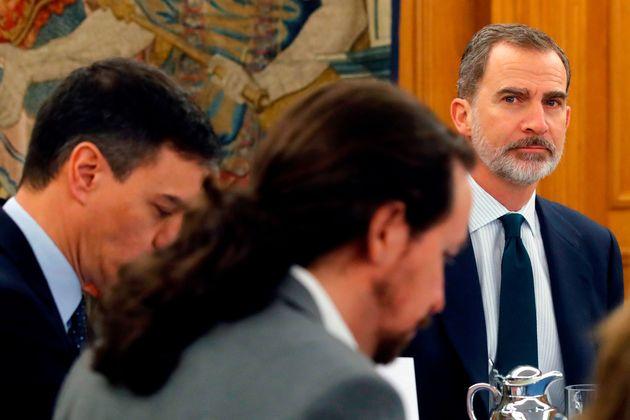 Pablo Iglesias, en primer plano, observado por el rey Felipe VI, durante un Consejo de