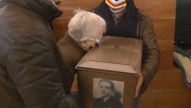Concha Diéguez se abraza a los restos de su padre, fusilado en la Guerra