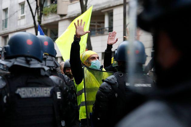 Pour les gilets jaunes, ce parapluie multicolore est désormais un symbole |  Le HuffPost