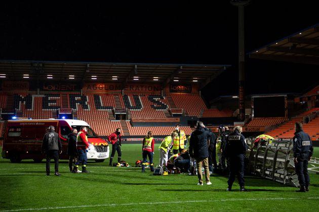Les secours sur la pelouse du stade du Moustoir, à Lorient, le 20 décembre