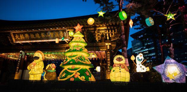 크리스마스를 일주일여 앞둔 17일 서울 종로구 조계사 일주문 앞에 성탄절 연등이 불을 밝히고 있다. 대한불교조계종은 성탄절을 앞두고 17일부터 28일까지 조계사 일주문에서 차별없이...