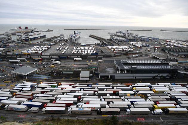 Des camions de fret faisant la queue pour entrer dans le port de Douvres, en Angleterre, le 18 décembre