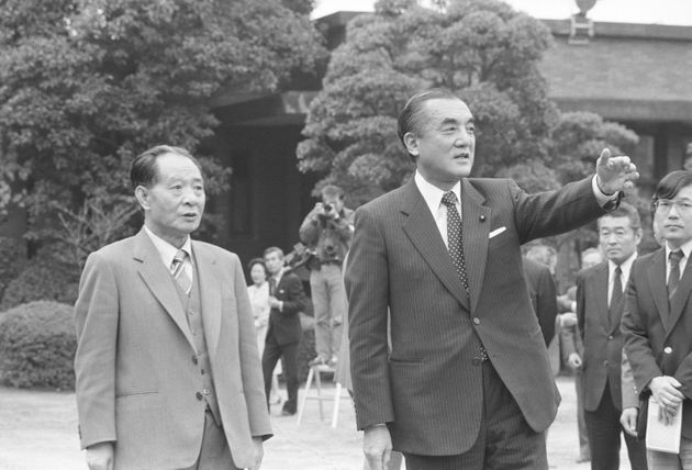 中曽根康弘首相(右)の案内で首相公邸の中庭を散歩する中国共産党の胡耀邦総書記(東京・永田町) 1983年11月26日撮影