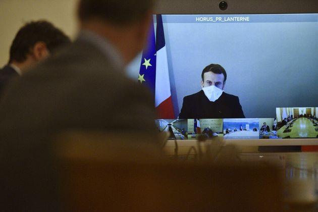 Au cinquième jour de sa maladie, Macron, ici en visioconférence, est au travail et veut...