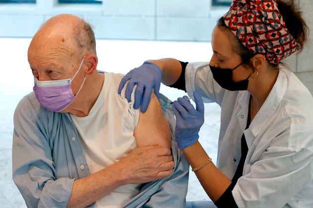 Un israelí recibe en Tel Aviv la vacuna contra la covid-19, este lunes 21 de