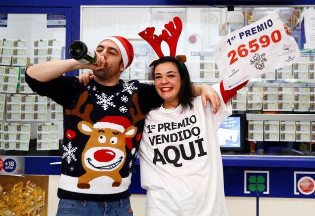 Los dueños de una administración de lotería en Sevilla celebran haber vendido El...