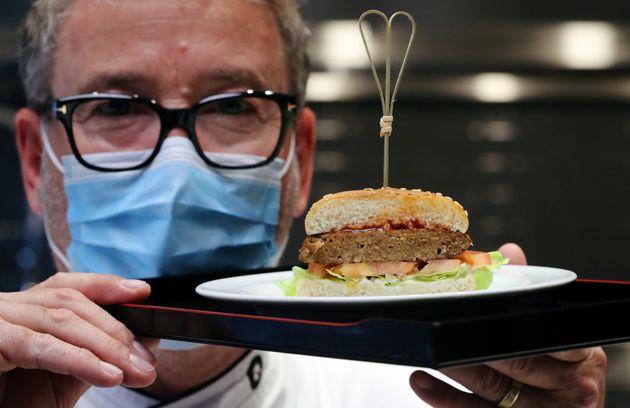 Presentación de una hamburguesa elaborada con
