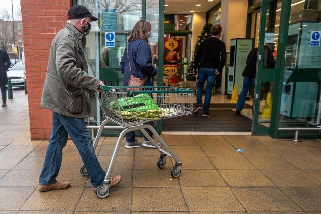 Βρετανία: Τεράστιες ουρές στα σουπερμάρκετ λόγω καραντίνας και