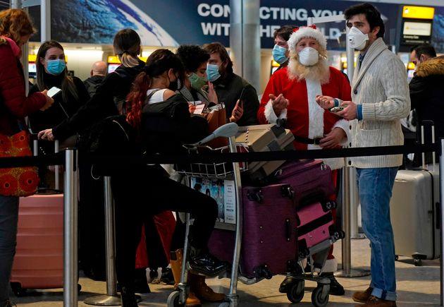 Varios viajeros esperan en la Terminal 2 del Aeropuerto de Heathrow en Londres el 21 de diciembre de
