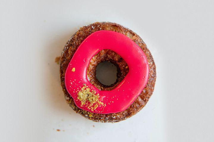 Un cronut d'octobre fourré de confiture de canneberges maison et de ganache de pistache de la boulangerie Dominique Ansel New York.