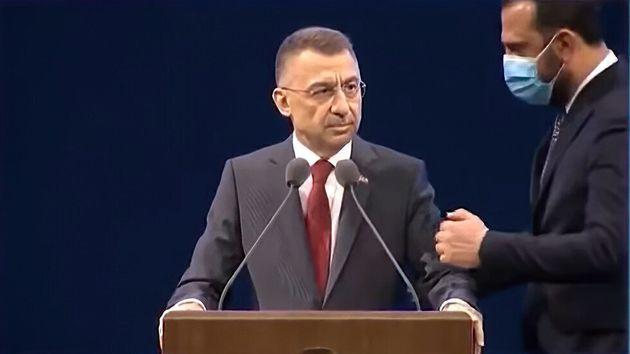Τουρκία: Ο αναπληρωτής του Ερντογάν «πάγωσε» κατά τη διάρκεια ομιλίας