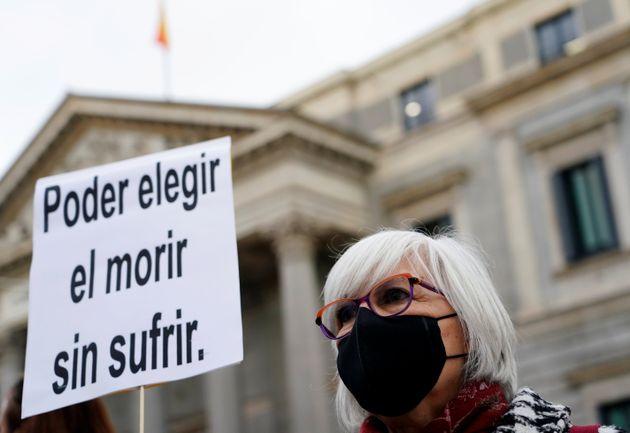 Una mujer apoya la Ley de la Eutanasia, junto al