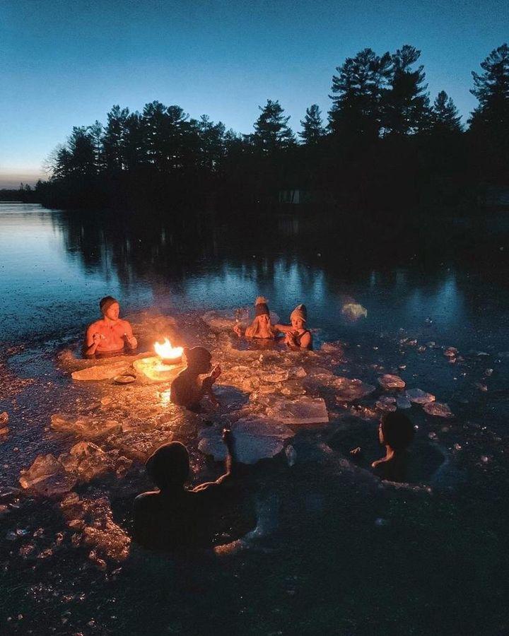Feu de camp sur le lac