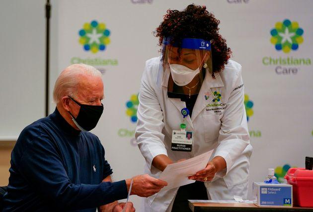 조 바이든 미국 대통령 당선인이 델라웨어주 뉴어크의 한 병원에서 코로나 백신을