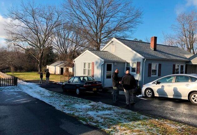 ラーソン容疑者のの自宅を捜索する、地元の保安官と国土安全保障省の捜査員、北バージニア/ワシントンD.C.の子どもインターネット犯罪特別チーム