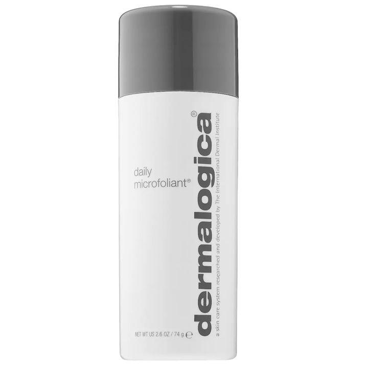 """Faites peau neuve avec cet exfoliant quotidien doux présenté sous forme de poudre (de riz) qu'on active en mélangeant à de l'eau avant de frotter sur le visage. Après usage, la peau est d'une exceptionnelle douceur et semble revigorée, notamment grâce aux enzymes de papaïne, et à la juste dose d'acide salicylique.<br><br>Daily Microfoliant - Dermalogica - <a href=""""https://www.sephora.com/ca/fr/product/daily-microfoliant-P423688?country_switch=ca&lang=fr&skuId=2002087&om_mmc=ppc-GG_6471562000_77947515992_pla-418155734867_2002087_389099207033_9000386_c&gclid=CjwKCAiArIH_BRB2EiwALfbH1BAN6y1XR6vyFQzMRPtWrLIxd_6huPwjwlw4xiFOqeUkCRMmJGqOhBoCUBgQAvD_BwE&gclsrc=aw.ds"""" target=""""_blank"""" role=""""link"""" data-ylk=""""subsec:paragraph;itc:0;cpos:__RAPID_INDEX__;pos:__RAPID_SUBINDEX__;elm:context_link"""">82$</a>"""