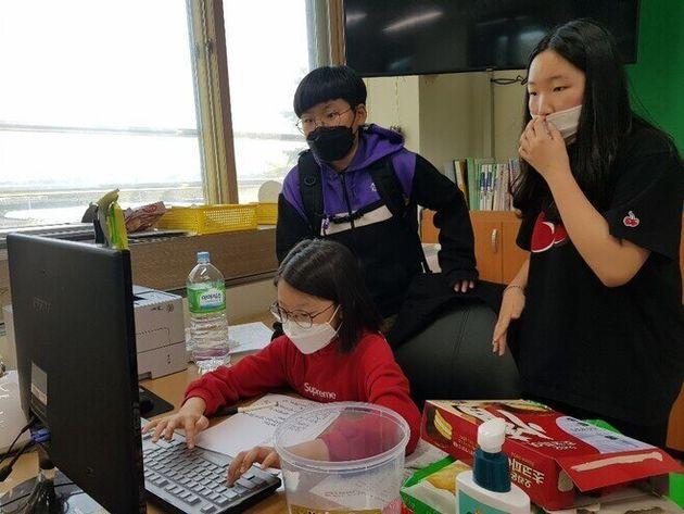 지난 10월 교실에 모여 롯데칠성음료와 코카콜라코리아 등 음료제조 기업에 보낼 편지를 쓰는 강릉 연곡초등학교